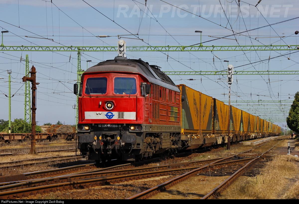 Ludmilla mozdony halad át Kétegyháza állomáson GARTNER-es konténervonatával.